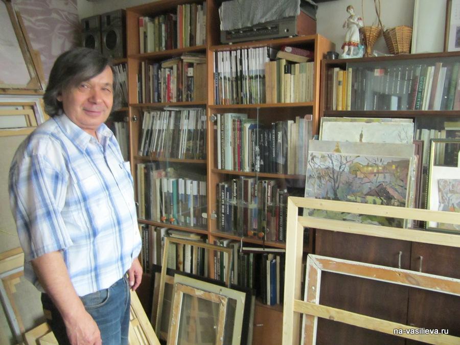 В. Бакицкий в своей мастерской