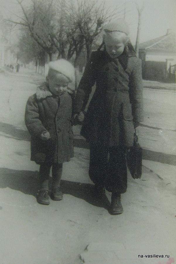 1947 Наташа Васильева с братом