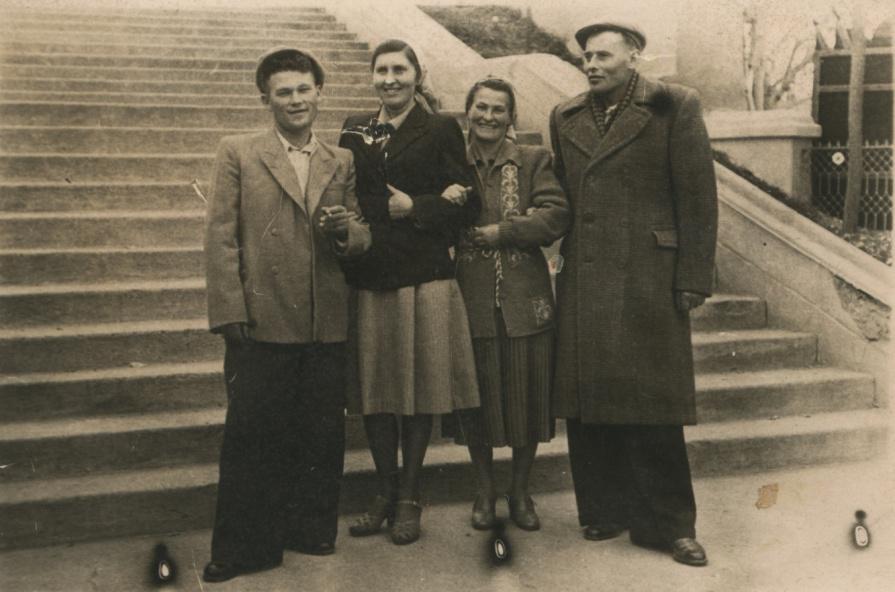 Бабушка и дедушка с соседями Митей и Любой Разумеевыми (дедушка 1 слева, бабушка 3 справа).