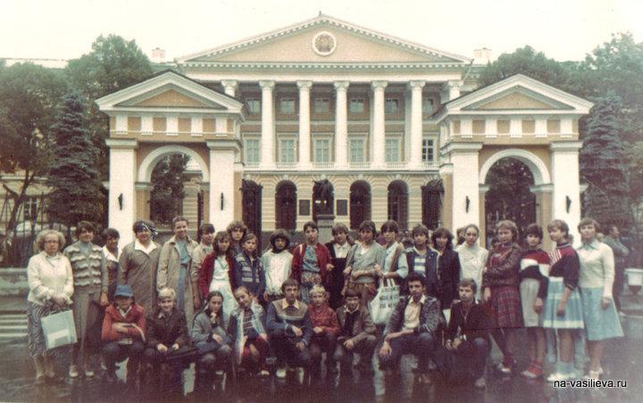 НА с группой перед Смольным Спб 1985