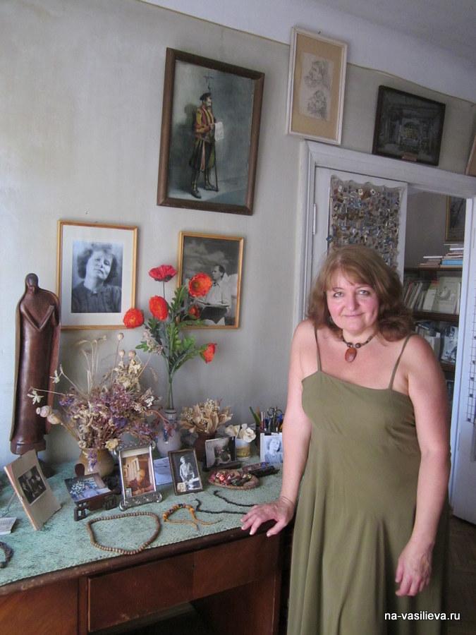 Светлана Усманова посещает квартиру своей учительницы.