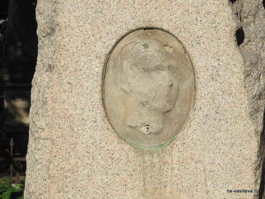 Разоренный памятник Александра Михайловича Пламадяла (по другой транскрипции Плэмэдялэ)
