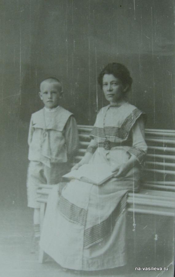 Анна Ильинична и их приемный сын Беккер