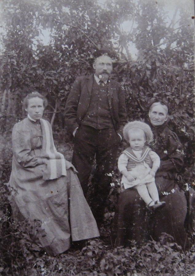 1911 дед с женой матерью и сыном
