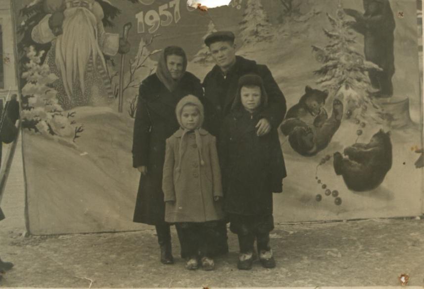 Бабушка и дедушка с сыном Витей и дочерью Лилей 1957 год