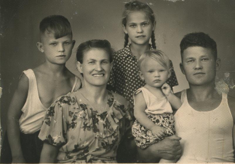 Бабушка и дедушка с сыном Витей и дочерью Лилей и моим отцом Сашей.